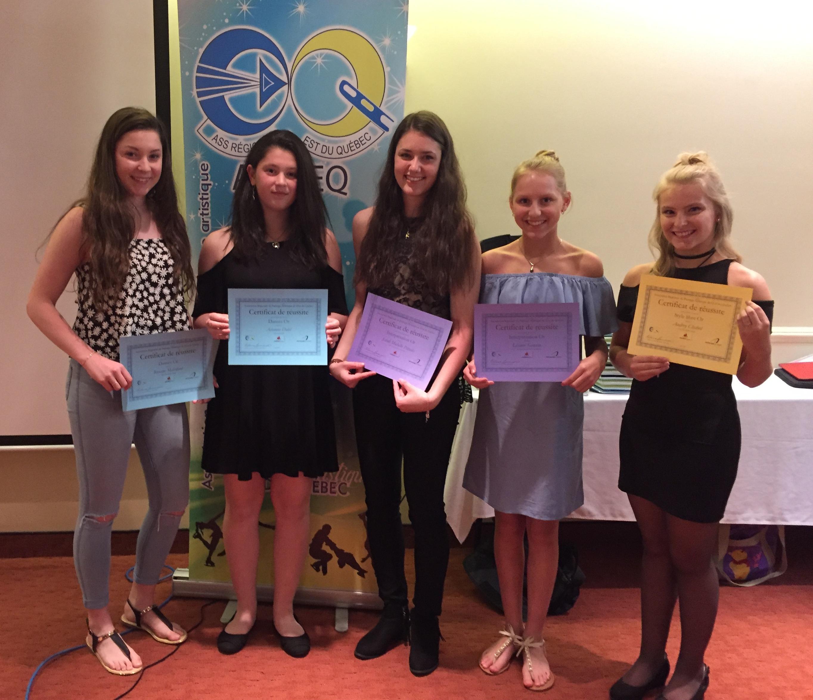 Plusieurs patineuses ont reçu des certificats pour leur niveau OR.